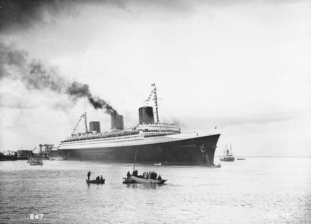 Paquebot Normandie (1935) dans l'estuaire de la Loire lors de ses essais en mer.