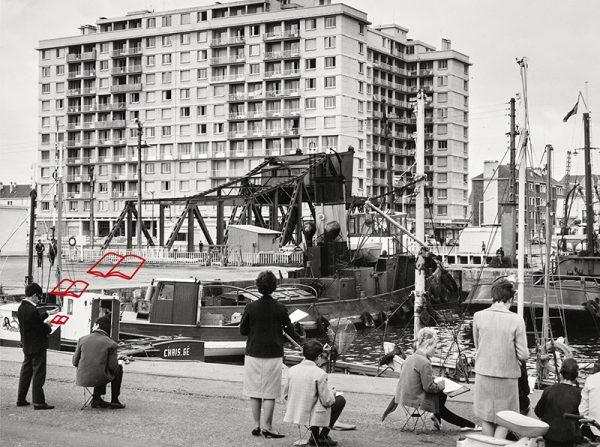 Groupe de dessinateurs adultes face au bassin de Saint-Nazaire, au pont levant et au Building dans les années 1960.