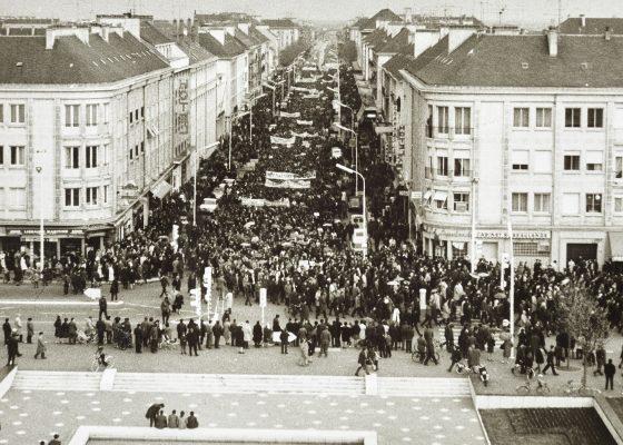 Photographie d'une manifestation des mensuels des chantiers navals dans l'avenue de la République à Saint-Nazaire en 1967.