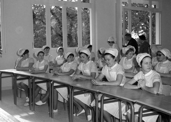 Photographie d'élèves infirmières dans une salle de classe de la nouvelle école d'infirmiers et d'infirmières à Saint-Nazaire.