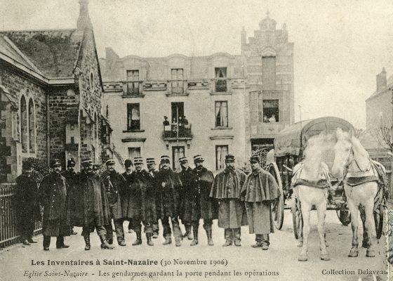 Carte-postale représentant une photographie d'un groupe de gendarmes lors des inventaires le 30 novembre 1906 à Saint-Nazaire.