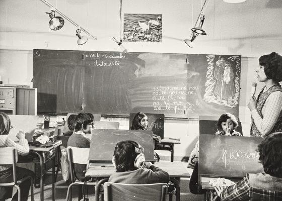 Photographie d'une institutrice et d'élèves de la classe pour enfants déficients visuels ou auditifs à l'école Jean Jaurès de Saint-Nazaire.