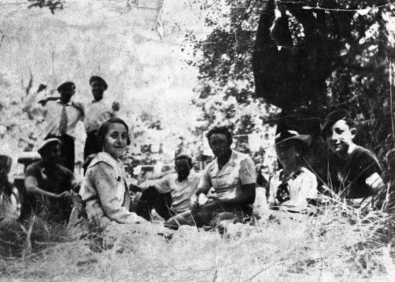 Photographie d'une famille de Nazairiens en camping à la forêt du Gâvre.