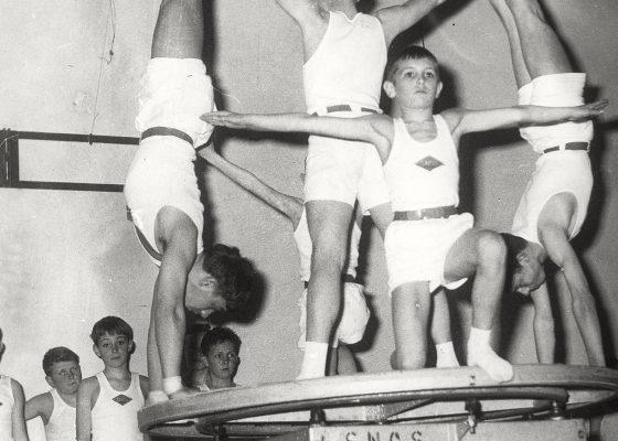 Photographie des pupilles du SNOS Gymnastique en représentation lors de la fête annuelle en 1963 à Saint-Nazaire.