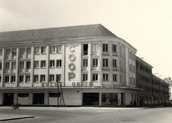 Photographie de la façade de la Coop-Ruche-Union, place de l'hôtel de ville à Saint-Nazaire.