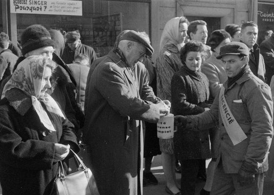 Photographie de licenciés de la construction navale sollicitant la générosité des Nazairiens dans la rue.