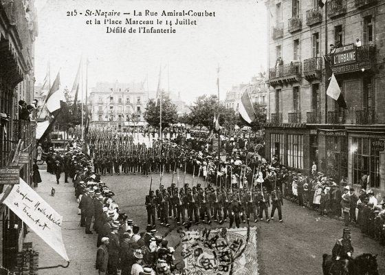 Photographie du défilé du 64e régiment d'infanterie dans les rues de Saint-Nazaire le 14 juillet 1906.