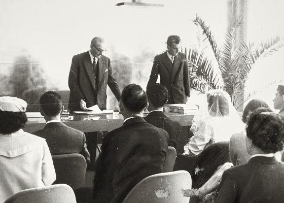 Photographie du premier mariage célébré dans le nouvel hôtel de ville de Saint-Nazaire par François Blancho, le 26 mars 1960.