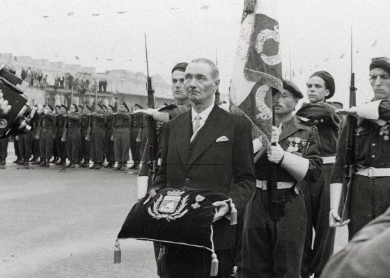 Photographie de François Blancho présente la Légion d'honneur et la Croix de guerre avec palmes remises à la ville de Saint-Nazaire.