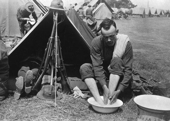 Soldat se lavant les pieds dans un camp américain à Saint-Nazaire pendant la Première Guerre mondiale.