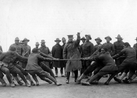 Soldats afro-américains jouant au tir à la corde dans un camp américain de Saint-Nazaire pendant la Première Guerre mondiale.
