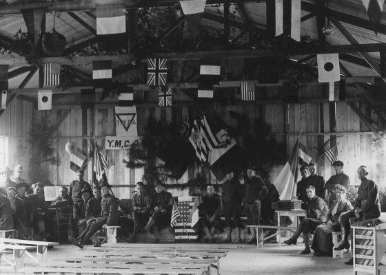 Vue intérieure d'un baraquement réservé aux activités de la Young Men's Christian Association à Saint-Nazaire pendant la Première Guerre mondiale.