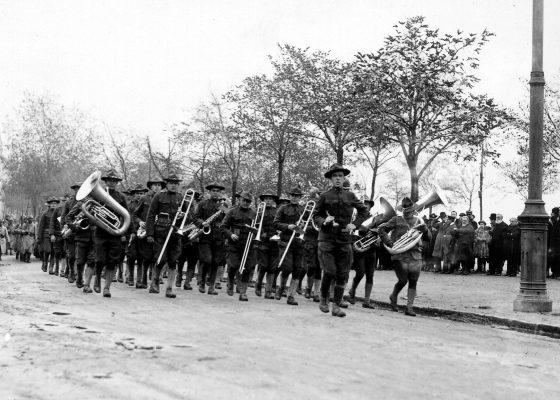 Fanfare militaire américaine sur le boulevard de l'Océan à Saint-Nazaire à l'occasion du premier anniversaire de l'entrée en guerre des États-Unis pendant la Première Guerre mondiale.