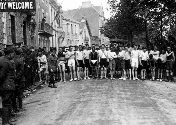 Départ d'une course à pied entre soldats américains sur le boulevard de l'Océan à Saint-Nazaire à la fin de la Première Guerre mondiale.
