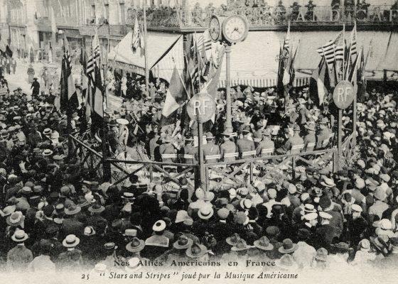 Orchestre américain jouant sur une estrade pavoisée au milieu de la place Carnot à l'occasion de l'Independence Day pendant la Première Guerre mondiale à Saint-Nazaire.