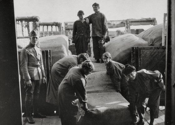 Femmes de la région de Saint-Nazaire travaillant au déchargement de matelas pour les Américains pendant la Première Guerre mondiale.
