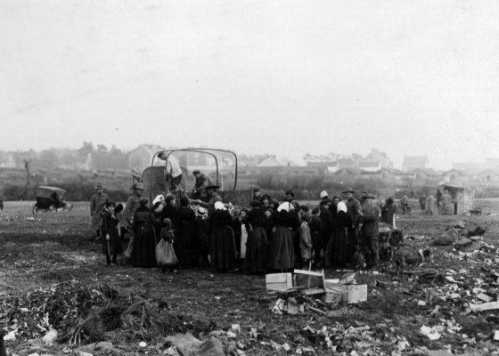 Civils nazairiens récupérant des matières premières dans le dépotoir américain à Saint-Nazaire pendant la Première Guerre mondiale.