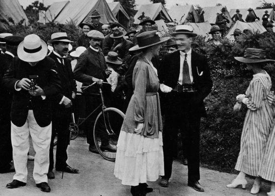 Nazariens en habit du dimanche en promenade près d'un camp américain à Saint-Nazaire pendant la Première Guerre mondiale.