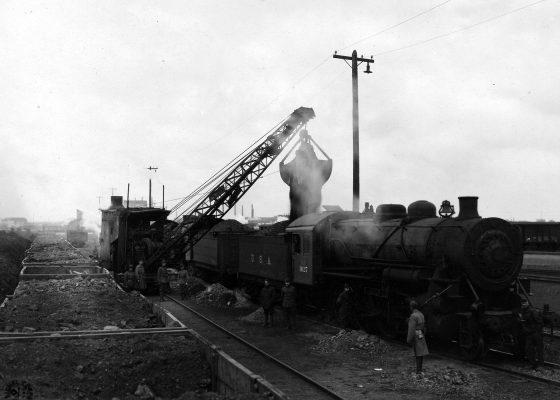 Chargement de charbon à l'aide d'une grue à bord d'un train américain aux alentours de Saint-Nazaire pendant la Première Guerre mondiale.