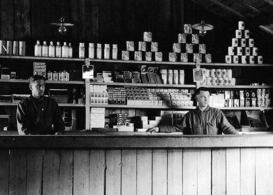 Magasin du camp américain n°1 de Saint-Nazaire, les étagères sont remplies de soupes en conserve, de paquets de cigarettes et de confiseries pendant la Première Guerre mondiale.