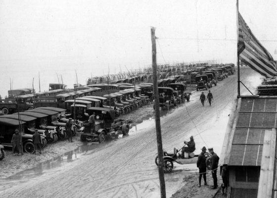 Voitures américaines neuves alignées sur le front de mer à l'emplacement du camp n°8 à Saint-Nazaire pendant la Première Guerre mondiale..