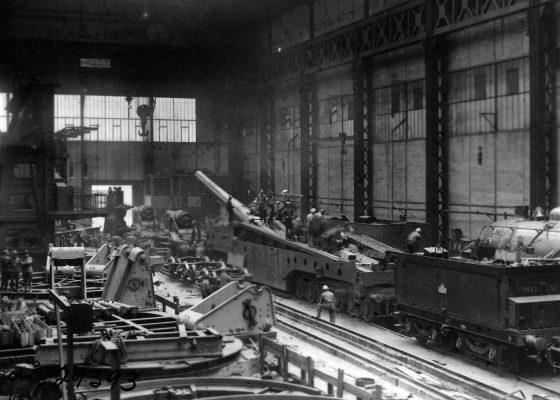 Intérieur d'une halle de construction des Ateliers et Chantiers de la Loire à Penhoët transformé en atelier de montage de locomotives américaines pendant la Première Guerre mondiale.
