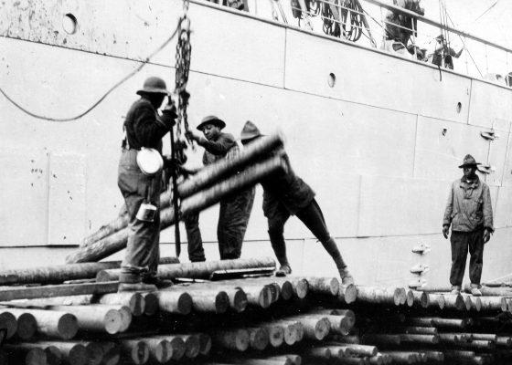 Dockers afro-américains déchargeant un navire sur les quais de Saint-Nazaire pendant la Première Guerre mondiale.