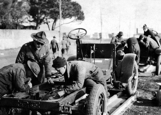 Mécaniciens du Transport Motor Corps assemblant une voiture à Villès-Martin dans le camp n°8 de Saint-Nazaire pendant la Première Guerre mondiale.