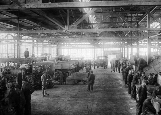 Atelier de montage de véhicules dans le camp américain n° 7 de Saint-Nazaire pendant la Première Guerre mondiale.