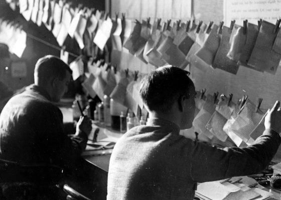 Soldats américains censurant les courriers de leurs compatriotes à Saint-Nazaire pendant la Première Guerre mondiale.