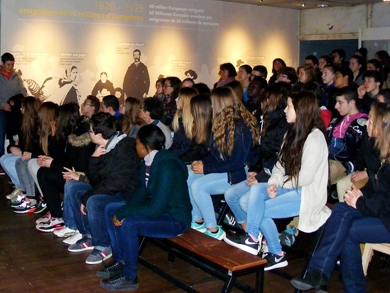 Lycéens assistant à une représentation de la pièce The Great disaster dans la cale des émigrants lors d'une visite scolaire à Escal'Atlantic (Saint-Nazaire).