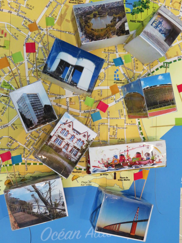 """Blocs imagés et carte de Saint-Nazaire issus du jeu """"Chasseurs de patrimoine"""" à l'Écomusée de Saint-Nazaire."""