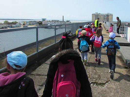 Élèves de primaire en visite scolaire sur le toit panoramique de la base sous-marine de Saint-Nazaire.