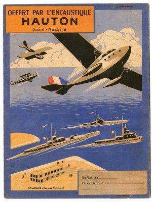 Protège-cahier pour enfant représentant des avions et des navires militaires offert par l'encaustique Hauton.