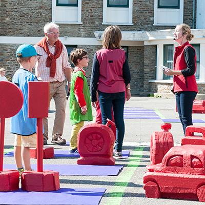 Famille jouant à un 1000 bornes géant dans le carde des Journées du Patrimoine.
