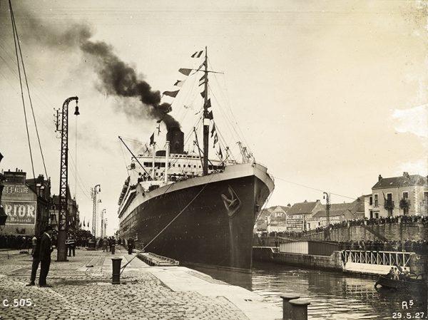 Départ du paquebot Ile-de-France du port de Saint-Nazaire (entrée-sud), le 29 mai 1927.