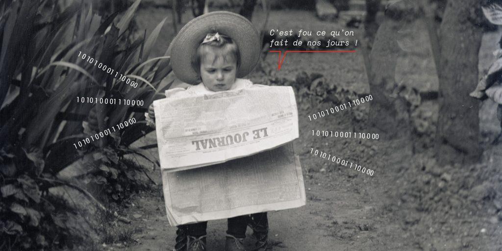Fillette avec un chapeau lisant le journal sur un petit siège dans une allée de jardin.