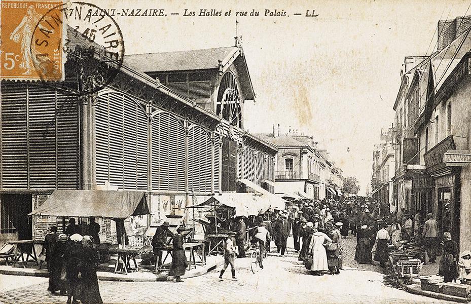 Foule dans la rue un jour de marché aux halles de Saint-Nazaire vers 1900.