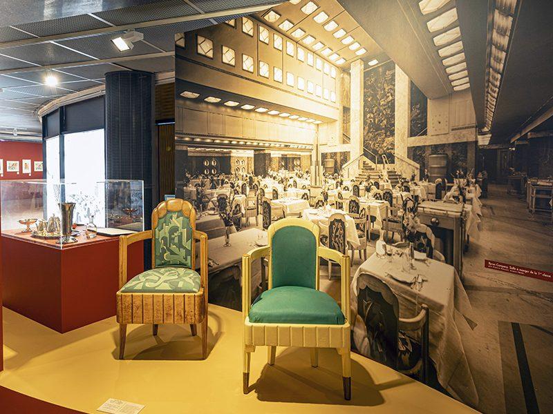 """Vue de deux fauteuils dans l'exposition """"L'Art déco, un art de vivre : le paquebot Ile-de-France"""" au musée des Années 30 de Boulogne-Billancourt."""