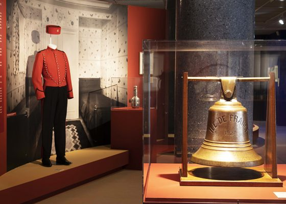 Vue d'une cloche et d'un costume de groom dans l'exposition