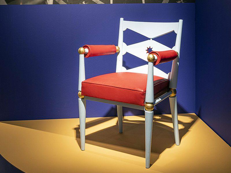 """Vue d'un fauteuil dans l'exposition """"L'Art déco, un art de vivre : le paquebot Ile-de-France"""" au musée des Années 30 de Boulogne-Billancourt."""