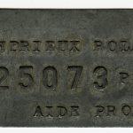 Plaque métallique au nom de Roland Andrieux et portant le numéro 25073.
