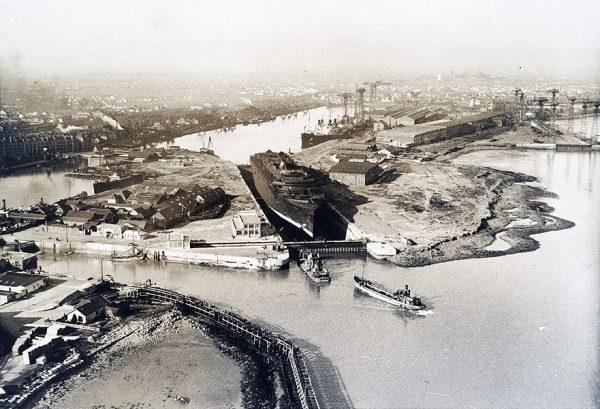 Vue aérienne du paquebot Normandie dans la forme-écluse Joubert du port de Saint-Nazaire, vers 1933.