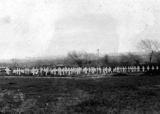 Vue du cimetière américain de Saint-Nazaire lors d'une inhumation pendant la guerre.