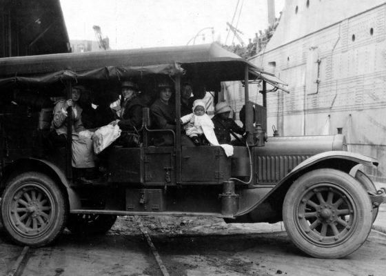 Épouses et enfants de soldats américains dans une voiture sur un quai de Saint-Nazaire à la fin de la guerre.