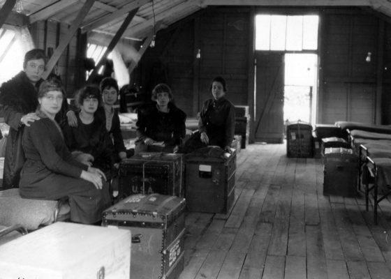 Épouses de soldats américains attendant avec leur valise dans un camp de Saint-Nazaire à la fin de la guerre.