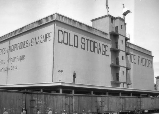 Entrepôt frigorifique sur les quais de Saint-Nazaire avec des soldats américains en 1920.