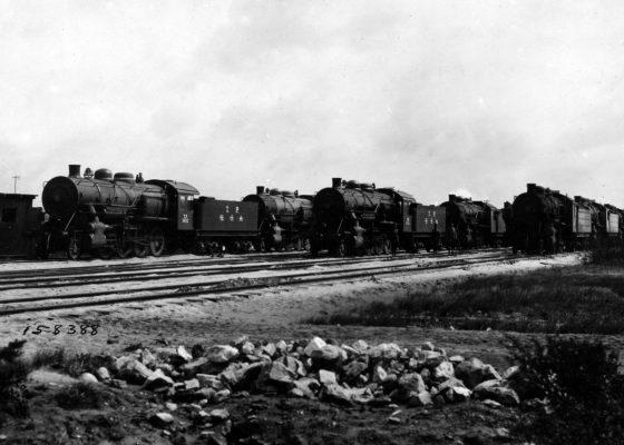 Locomotives et wagons américains dans un camp de Saint-Nazaire à la fin de la Première Guerre mondiale.