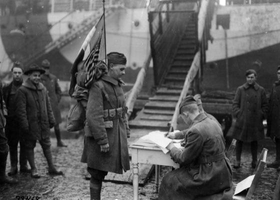 Soldat américain embarquant dans le port de Saint-Nazaire à la fin de la guerre.