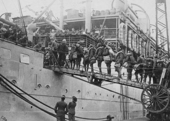 Soldats afro-américains sur la passerelle d'embarquement d'un navire dans le port de Saint-Nazaire à la fin de la guerre.